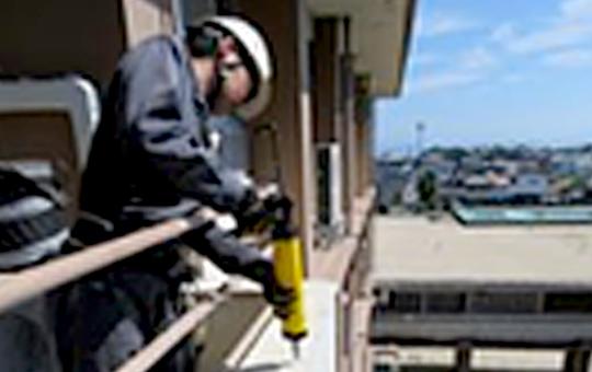 写真:施工中の作業員